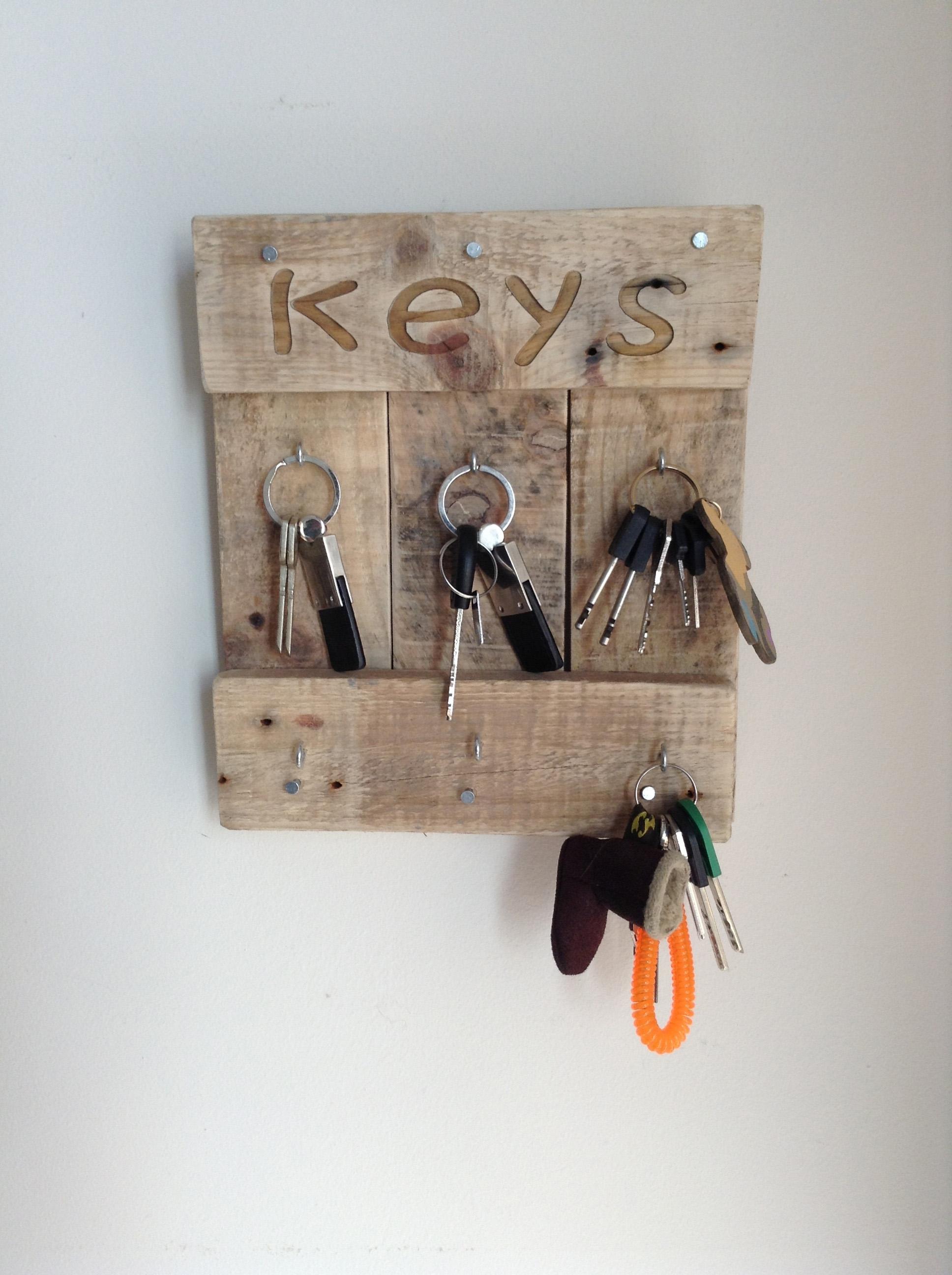 C mo hacer un colgador de llaves de madera y original para for Como hacer un perchero de pared
