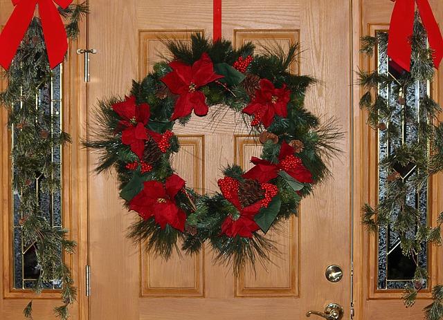 decorar puerta de navidad con guirnaldas
